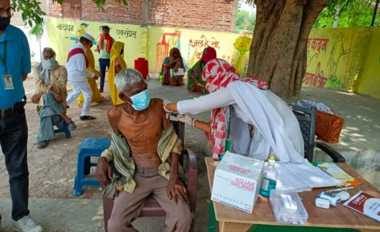 Hamirpur: After reaching Makraon and Rohari villages, the District Magistrate made the villagers aware of vaccination